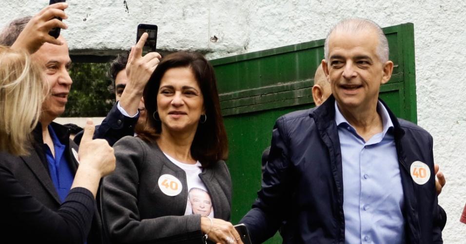 20.out.2018 - O candidato ao governo de São Paulo Márcio França (PSB) vota no Itaim Bibi, na zona sul de São Paulo, acompanhado da mulher, Lúcia