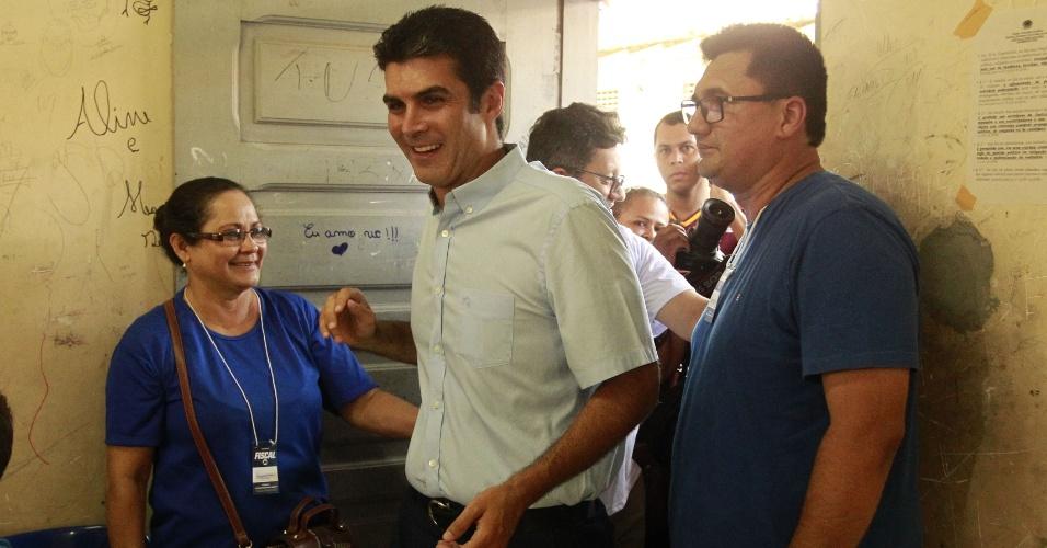 28.out.2018 - O Candidato ao governo do Pará Helder Barbalho (MDB) votando na escola Estadual Dom Alberto Galdêncio Ramos, no bairro Paar, em Ananindeua, Região Metropolitana de Belém