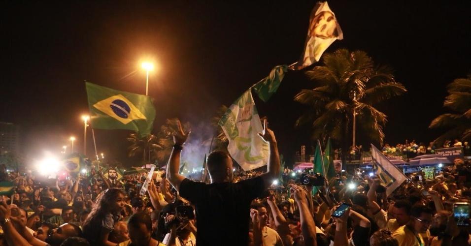 28.out.2018 Eleitores de Jair Bolsonaro celebram a vitória nas urnas no Rio de Janeiro