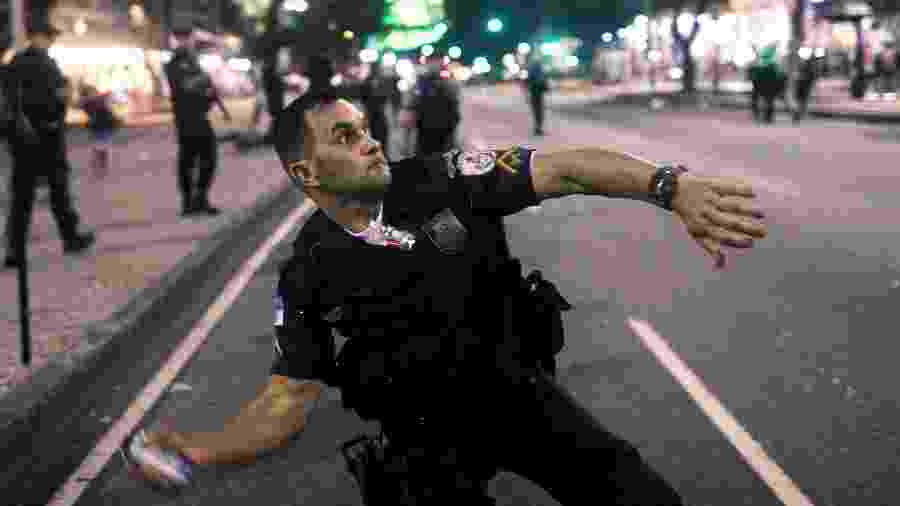 14.jun.2019 - Policial age ao final de protesto contra a reforma da Previdência no centro do Rio de Janeiro - Ricardo Moraes/Reuters