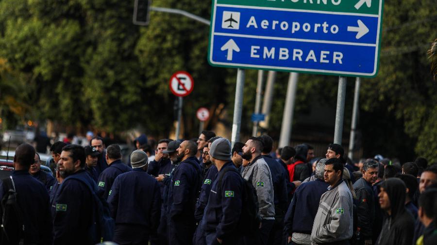 24.set.2019 - Funcionários da Embraer durante greve em São José dos Campos (SP) - Roosevelt Cassio/Reuters