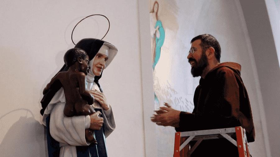 13.out.2019 - Estátua de Irmã Dulce, agora Santa Dulce dos Pobres, ganha auréola após canonização - Reprodução/AFP