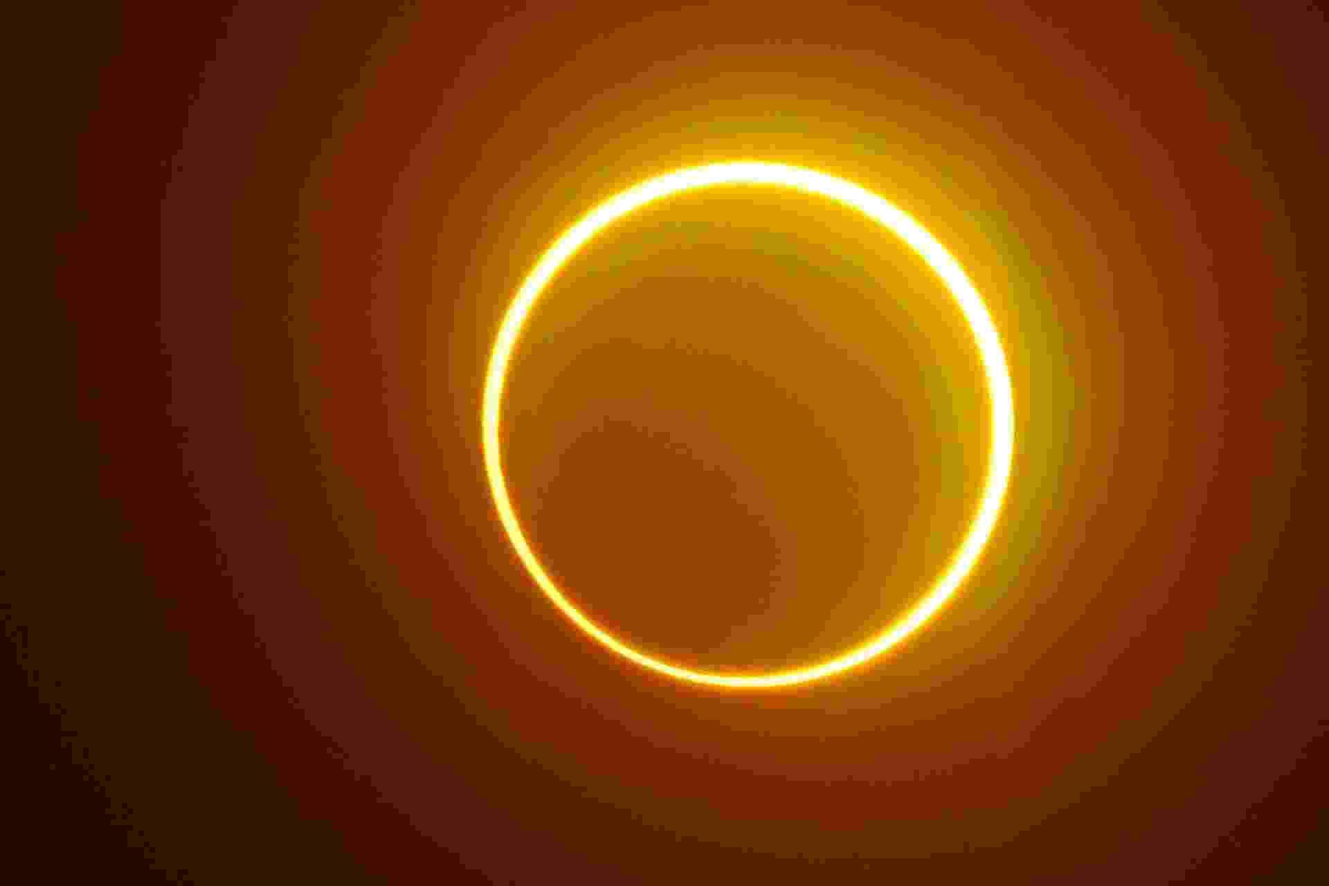 """A lua se move em frente ao sol em um raro eclipse solar de """"anel de fogo"""", visto da ilha de Balut, província de Saraggani, nas Filipinas - FERDINANDH CABRERA/AFP"""