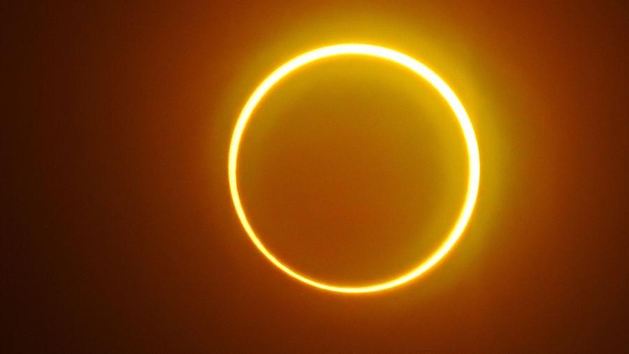 """A Lua se move em frente ao Sol em um raro eclipse solar de """"anel de fogo"""", visto da ilha de Balut, província de Saraggani, nas Filipinas em 2019 - FERDINANDH CABRERA/AFP"""