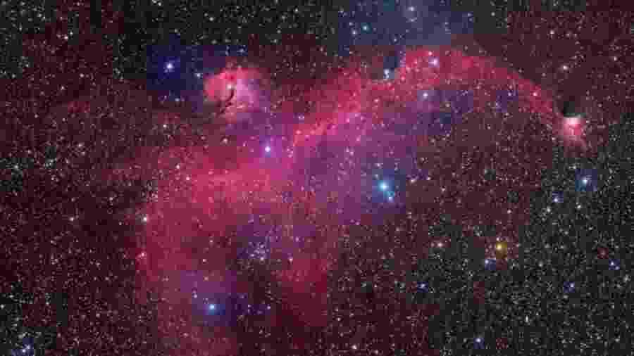 """O formato peculiar assumido pelo aglomerado de estrelas, gás e poeira foi objeto de pesquisa conduzida na USP e no Institut d""""Astrophysique de Paris; resultados indicam que a nebulosa é parte de uma estrutura em concha produzida pela explosão de três estrelas supernovas - Bob Franke"""