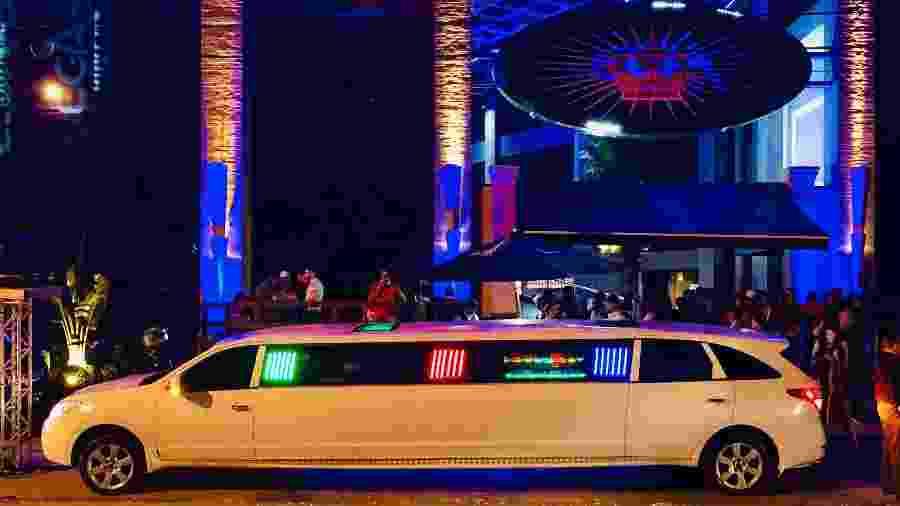 A limusine faz presença VIP na porta do clube - Paulo Sampaio/UOL