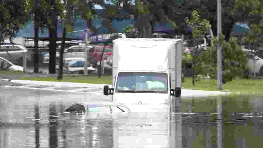 10.fev.2020 - Veículos ilhados em ponto de alagamento na Marginal Tietê, altura da Freguesia do Ó (zona norte) - BRUNO ESCOLASTICO/ESTADÃO CONTEÚDO