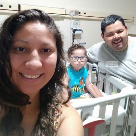 Danielle, o marido e o filho, José Vinícius, que tem sindrome de down e cardiopatia congênita - Arquivo Pessoal