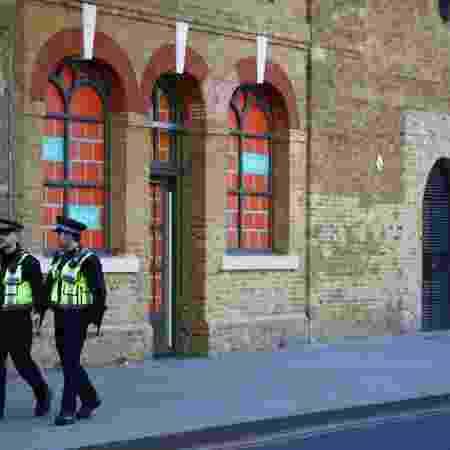 Policiais patrulham rua em Londres em meio à pandemia do coronavírus -