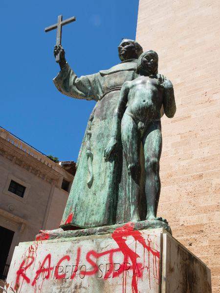 22.jun.2020 - Estátua de Junípero Serra é pichada em Mallorca, na Espanha - JAIME REINA / AFP