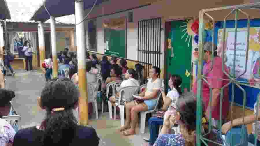 Socorro Pimentel fala com pais e alunos em atividade na escola municipal Maria do Carmo Cardoso - Arquivo pessoal