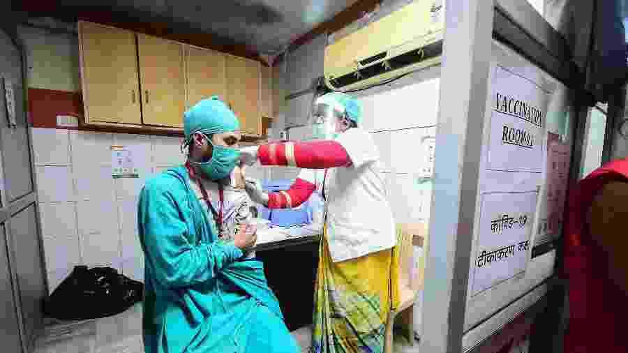 5.jan.2021 - Voluntários e funcionários da saúde são vistos durante treinamento para a vacinação contra o coronavírus em um hospital privado em Allahabad, na Índia - Sanjay Kanojia/AFP