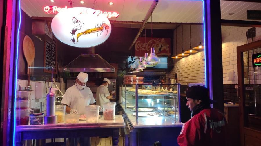 25.jan.2021 - Restaurante na rua Augusta, centro de São Paulo, aberto após as 20h, apesar de restrições impostas pelo governo para estar funcionando apenas serviços essenciais - Arthur Stabile/UOL