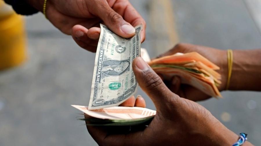 Notas de dólar de baixo valor são escassas na Venezuela. - Reuters