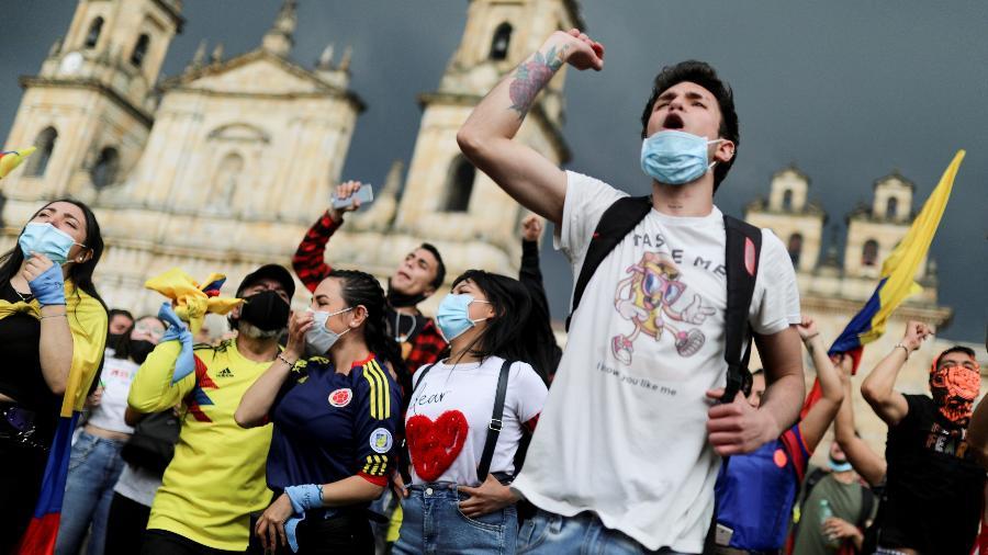 1.mai.2021 - Em Bogotá, na Colômbia, manifestantes fazem protesto contra a reforma tributária e contra o governo do presidente Ivan Duque - REUTERS/Luisa Gonzalez