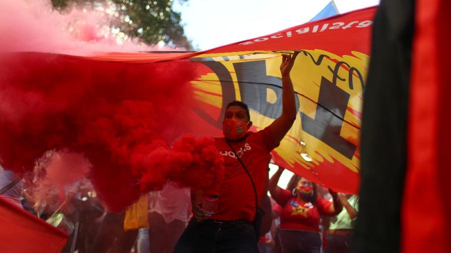 3.jul.2021 - Manifestantes pedem impeachment de Bolsonaro em protesto no Rio - PILAR OLIVARES/REUTERS