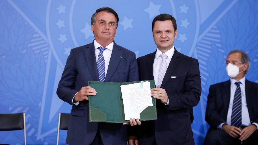 13.set.2021 - O presidente Jair Bolsonaro e o ministro Anderson Torres (Justiça) no lançamento do Habite Seguro - Alan Santos/PR