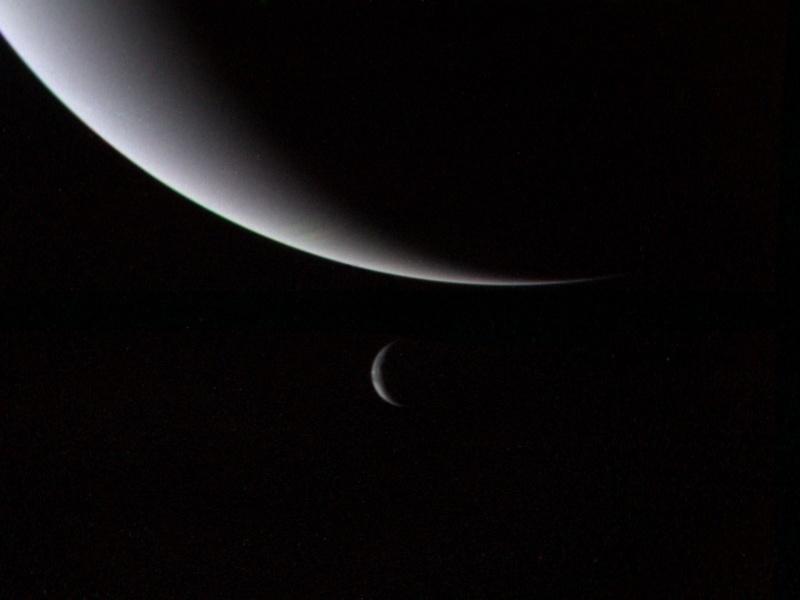 27.ago.2015 - Invisível a olho nu a partir da Terra, foi o primeiro a ser localizado através de previsões matemáticas, tendo sido encontrado em 1846 no Observatório de Berlim, na Alemanha. No mesmo ano, sua maior lua, a Tritão, foi descoberta. Netuno tem ao todo 13 luas - uma esperando confirmação - e seis anéis. A imagem feita em 1989 pela Voyager 2, única espaçonave a passar pelo planeta, mostra dos detalhes dos anéis de Netuno