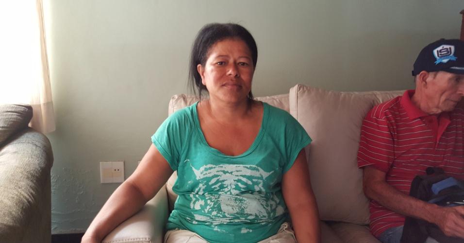 """07.nov.2015 - A dona de casa Rosa Helena da Silva, 42, não pretende voltar para Bento Rodrigues, subdistrito de Mariana (MG), depois do rompimento das barragens da empresa Samaro. """"Se fosse à noite, morria todo mundo""""."""