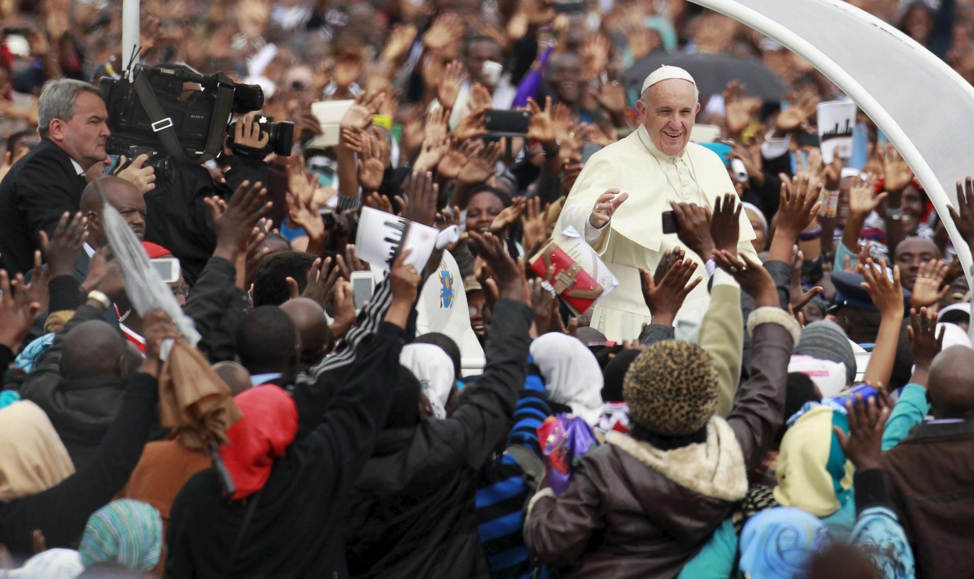 26.nov.2015 - O papa Francisco saúda fiéis ao chegar para a missa papal em Nairóbi, capital do Quênia. Francisco está em viagem pela África, onde durante seis dias visitará Quênia, Uganda e a República Centro Africana. Na missa, o pontífice condenou o uso de extremismo religioso