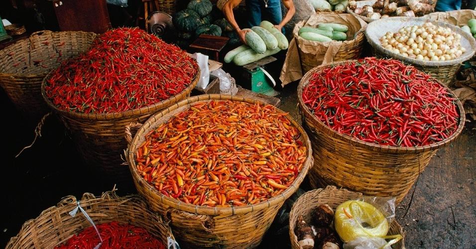 3.dez.2015 - Pimentas e vegetais estão à venda em um dos mercados ao ar livre de Bancoc. Os grandes mercados tailandeses vendem tudo que os turistas e os locais podem querer