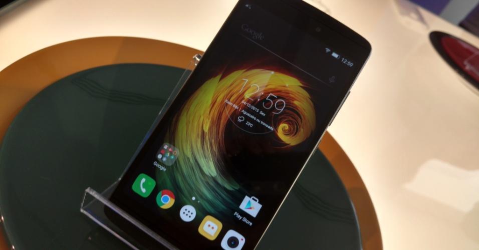 """4.dez.2015 - Motorola anunciou nesta sexta-feira (4) a chegada ao Brasil da linha de smartphones Vibe da sua """"empresa-mãe"""", a Lenovo, com o lançamento do Vibe A710. Com tela de 5,5 Full HD, o aparelho conta com três microfones, tecnologia de realce de voz e câmeras de 13 MP (principal) e 5 MP (frontal). Este é o primeiro celular no mercado brasileiro a ter a tecnologia de áudio Dolby Atmos, usado em salas de cinema e que poderá chegar às salas de estar em um futuro próximo. Segundo a empresa, o recurso proporciona um som de alta definição mais imersivo que os atuais"""