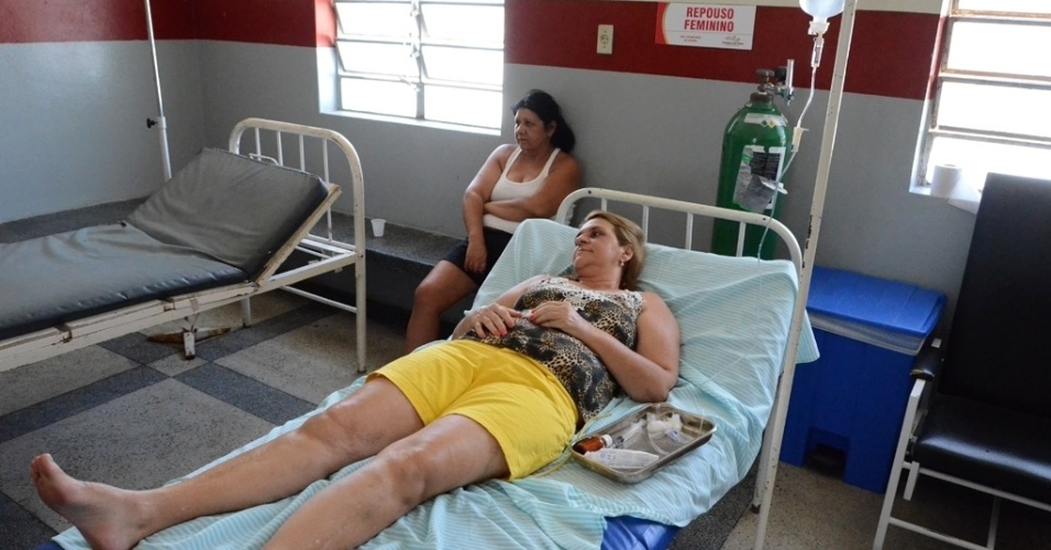 """5.dez.2015 -Maria Sirleide Cavalcanti, 45, é antedida na unidade hospital da Pedra com moleza e dor no corpo. """"Acho que 80% das pessoas que conheço já tiveram a doença?, afirma"""