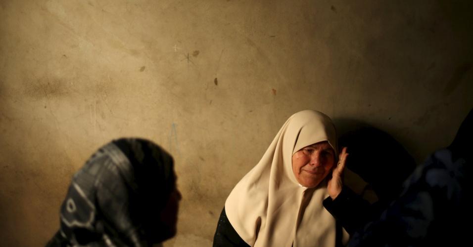 13.jan.2016 - Parente do militante palestino Mussa Zeater, morto em um ataque aéreo israelense, chora durante seu funeral no norte da Faixa de Gaza. Um avião israelense atacou um grupo de palestinos que, segundo os militares, planejava detonar uma bomba na fronteira com Israel