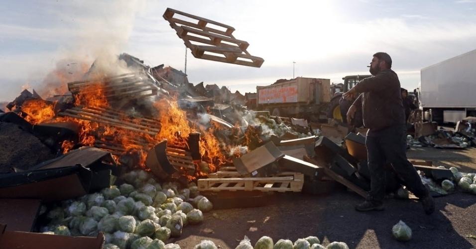 2.fev.2016 - Agricultores e pecuaristas fazem barricada para bloquear estrada na cidade de Arles durante um protesto contra a queda de preços de produtos lácteos e carne na França