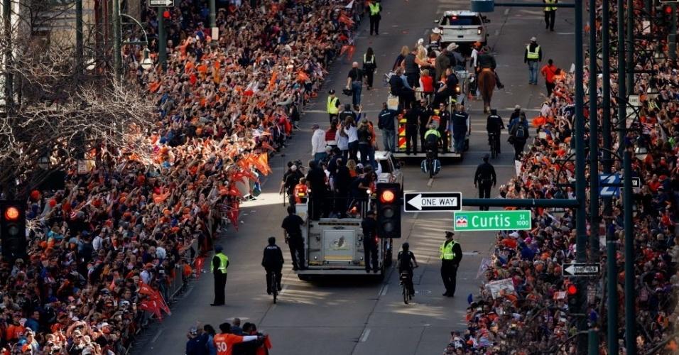 9.fev.2016 - Multidão de fãs acompanha desfile em carro aberto de jogadores do Denver Broncos, após vitória do Super Bowl, em Denver, no Colorado. Os Broncos derrotaram o Carolina Panthers por 24 a 10