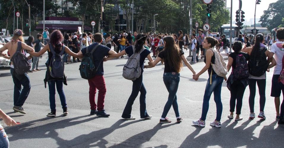22.mar.2016 - Estudantes secundaristas fecham a avenida Faria Lima, na zona oeste de São Paulo. O grupo protesta contra os desvios na merenda escolar