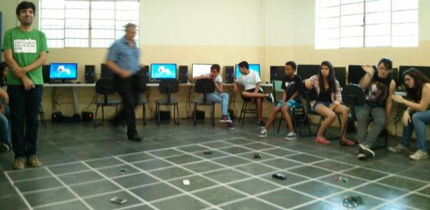 Fita crepe cria o 'cenário' em escola municipal de São José dos Campos (SP); coordenadas dos alunos permitem que colega transporte objeto dentro da estrutura