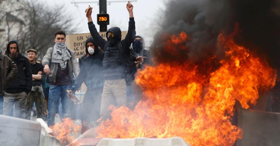 24.mar.2016 - Estudantes francesas participaram de protestos contra a reforma trabalhista nacional nesta quinta-feira (24). Em Nantes, os manifestantes entraram em confronto com a polícia, que lançou bombas de gás lacrimogêneo