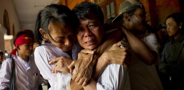 Ex-preso político recém-libertado e familiar choram ao se reencontrarem na cidade de Tharrawaddy, em Mianmar