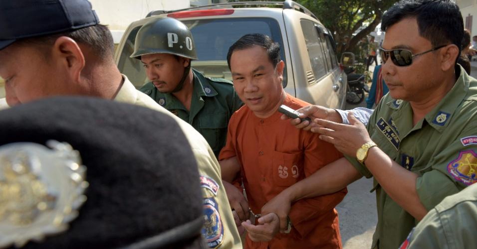 """17.mai.2016 - Parlamentar da oposição cambojana Um Sam An é escoltado por policiais após depoimento à Corte de Apelações. O político recorre da decisão da Justiça de condená-lo a cinco anos de prisão por """"incitação à revolta"""" devido a suas críticas à definição das fronteiras do país"""