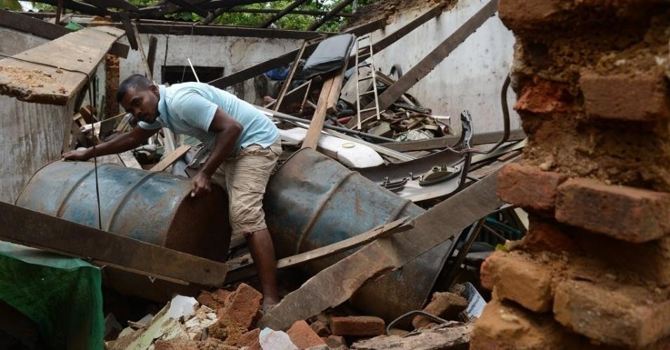 23.mai.2016 - Morador tenta encontrar pertences em casa destruída pela inundação em Colombo, no Sri Lanka. Pelo menos 73 pessoas morreram e mais de 240 mil estão desabrigadas. As chuvas que atingiram a região foram as mais intensas dos últimos 25 anos