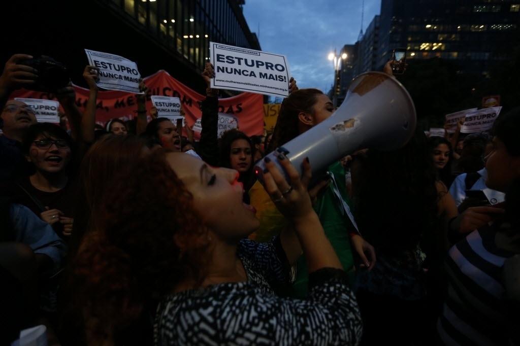 """1º.jun.2016 - Manifestantes se reúnem na avenida Paulista, em São Paulo, e participam do ato """"Por todas Elas"""", contra a cultura do estupro e a violência praticada contra as mulheres"""