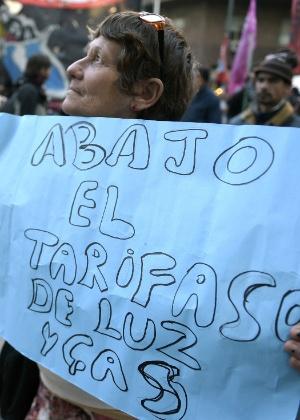 Manifestante protesta contra as tarifas de água e luz, em Buenos Aires, na Argentina
