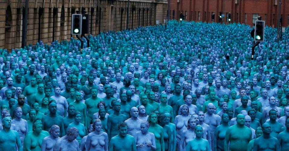 """9.jul.2016 - Centenas de pessoas nuas, pintadas de azul, posam para o artista e fotógrafo americano Spencer Tunick, para o projeto chamado """"Mar de Hull"""", no centro da cidade de Hull, no norte da Inglaterra"""