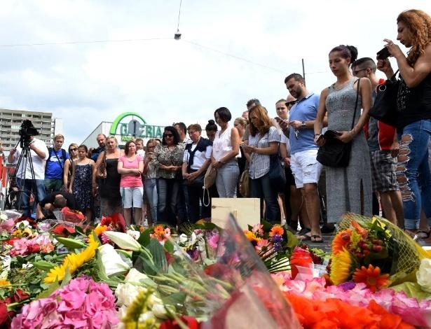 23.jul.2016 - Pessoas prestam homenagem neste sábado (23) às vítimas mortas durante ataque em shopping em Munique (Alemanha). Um atirador com nacionalidade alemã e iraniana, de 18 anos, matou nove pessoas e deixou dezenas de feridos. Ele se matou em seguida