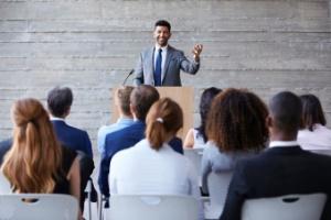 Quer atrair atenção das pessoas numa reunião? Fale algo da realidade delas (Foto: iStock)
