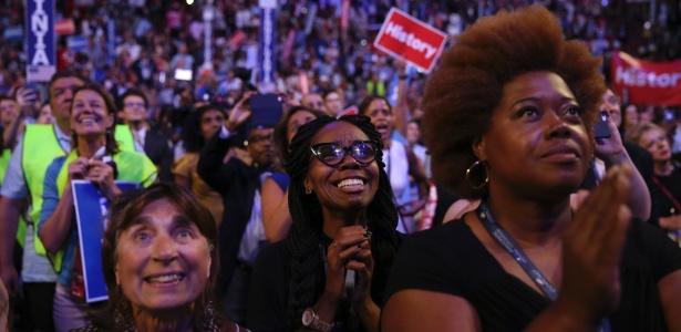 26.jul.2016 - Mulheres se emocionam com vídeo de discurso de Hillary na Convenção Democrata