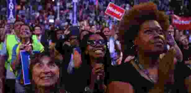 26.jul.2016 - Mulheres se emocionam com vídeo de discurso de Hillary na Convenção Democrata - Damon Winter/The New York Times