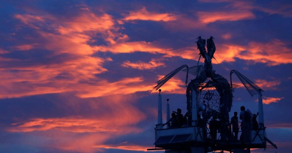 30.ago.2016 - Participantes assistem o pôr do sol da Torre da Ascensão na 30ª arts Burning Man e festival de música no deserto de Black Rock em Nevada, EUA