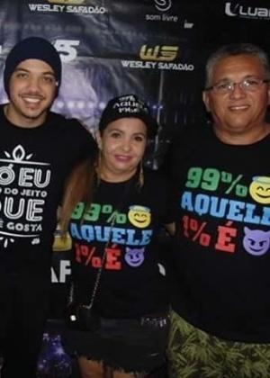 O cantor Wesley Safadão, sua mãe Maria Valmira Silva de Oliveira -- a Dona Bill -- e seu pai Wellington Nonato da Silva