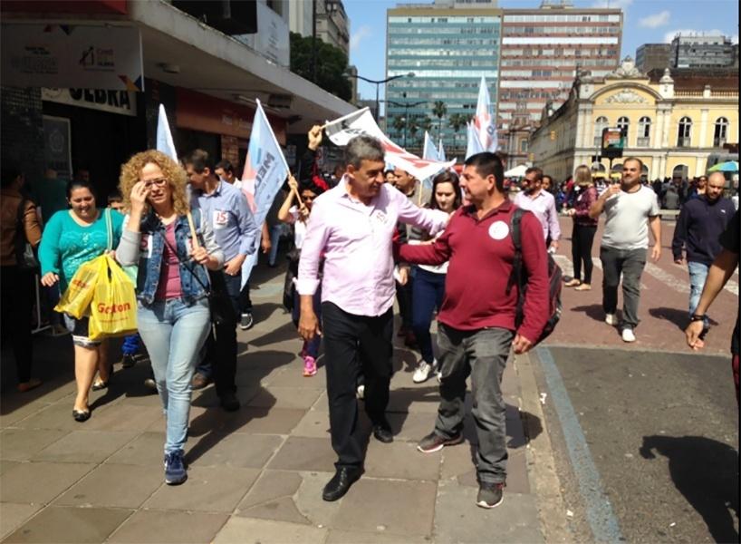 29.out.2016 - O candidato do PMDB a prefeito de Porto Alegre, o vice-prefeito Sebastião Melo (PMDB), faz campanha pelo Centro Histórico da cidade