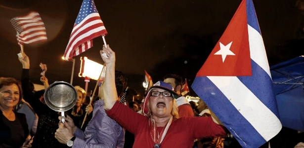 Cubanos celebram notícia da morte do ex-presidente de Cuba no bairro Little Havana, em Miami (EUA)