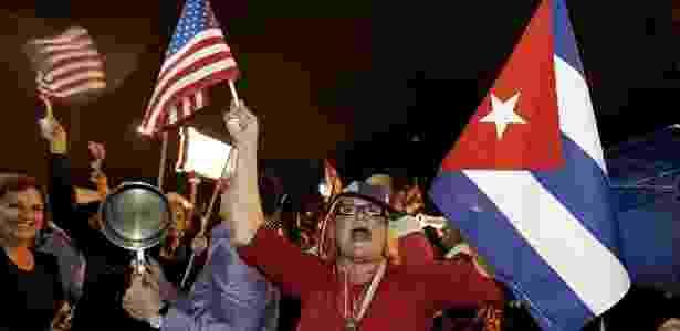 Cubanos celebram notícia da morte do ex-presidente de Cuba no bairro Little Havana, em Miami (EUA) - AFP