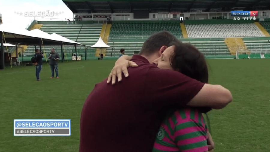 Repórter Guido Nunes, do SporTV, ganhou um abraço de dona Ilaídes Padilha, mãe do goleiro Danilo, um dos jogadores da Chapecoense que perdeu a sua vida no trágico acidente com o avião que levava a delegação para a Colômbia - Reprodução/SporTV