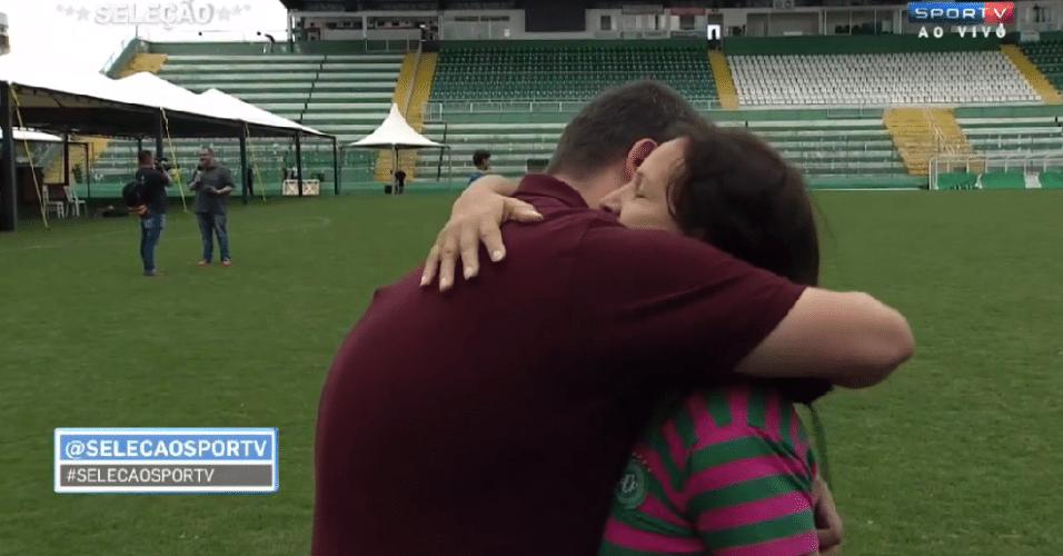 2.dez.2016 - Repórter Guido Nunes, do SporTV, ganhou um abraço de dona Ilaídes Padilha, mãe do goleiro Danilo, um dos jogadores da Chapecoense que perdeu a sua vida no trágico acidente com o avião que levava a delegação para a Colômbia